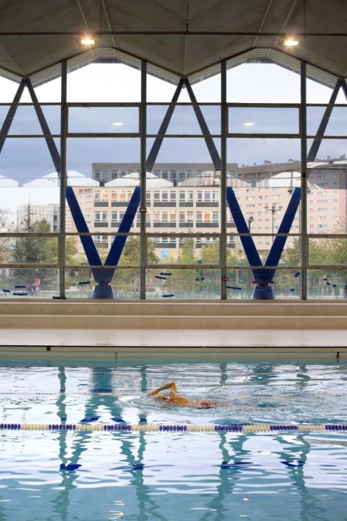 Un étudiant nage dans la piscine de l'université de Nanterre (Hauts-de-Seine), enoctobre2007.