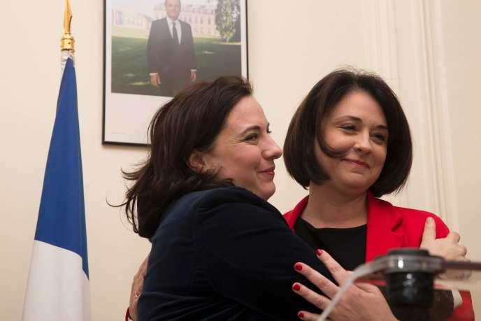 Passation de pouvoir au ministère du logement entre la ministre sortante Sylvia PInel et Emmanuelle Cosse qui prend son maroquin. Le vendredi 12 février, à Paris.