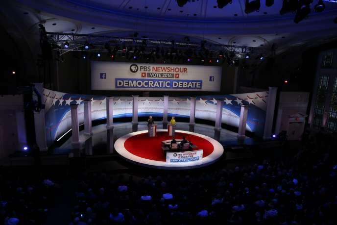 Le débat opposant les candidats aux primaires démocrates Bernie Sanders et Hillary Clinton, à Milwaukee (Wisconsin), le 11 février.