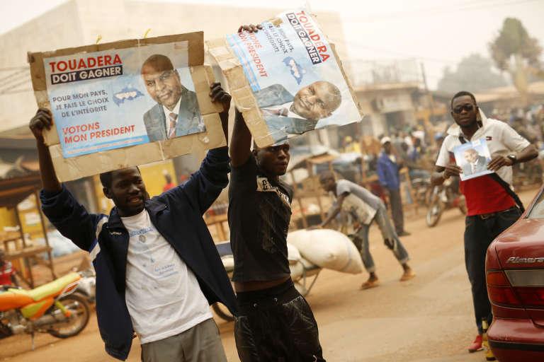 Des partisans de Faustin Archange Touadéra, à Bangui, le 12 février 2016.