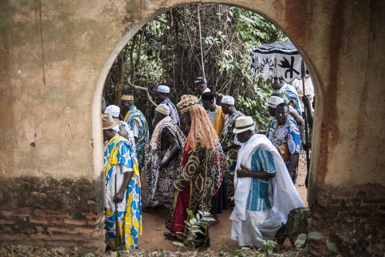 Des notables du Bénin méditent dans la forêt sacrée de Kpasse Zoun, lors du festival annuel du vaudou, à Ouidah au Bénin.