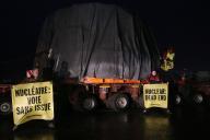 Des militants de Greenpeace près d'un convoi transportant des éléments pour l'EPR de Flamanville, en février 2016.
