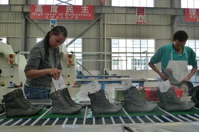 Dans une usine chinoise de fabrication de chaussures, à Dukem, en Ethiopie.