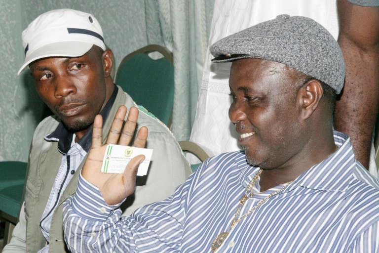 """Government Ekpemupolo alias """"Tompolo"""" (à gauche), commandant du MEND, ici avec le militant Tom Ateke,."""