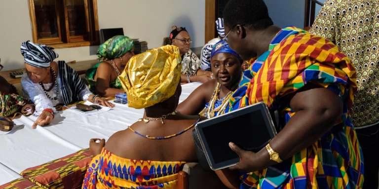 """Des """"reines mères"""", ou """"pognaa"""", lors d'une session de travail, à Accra, au Ghana."""