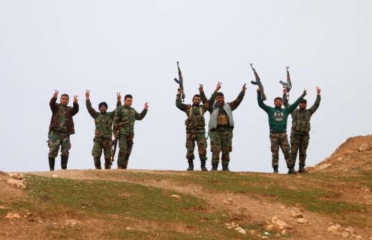 Des soldats du gouvernement syrien célèbrent la prise de contrôle du village de Kiffin, le 11février.
