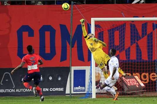Le gardien de Troyes, Matthieu Dreyer, en pleine extension, lors d'un match de Ligue1 sur la pelouse du Gazélec Ajaccio, le 13février.