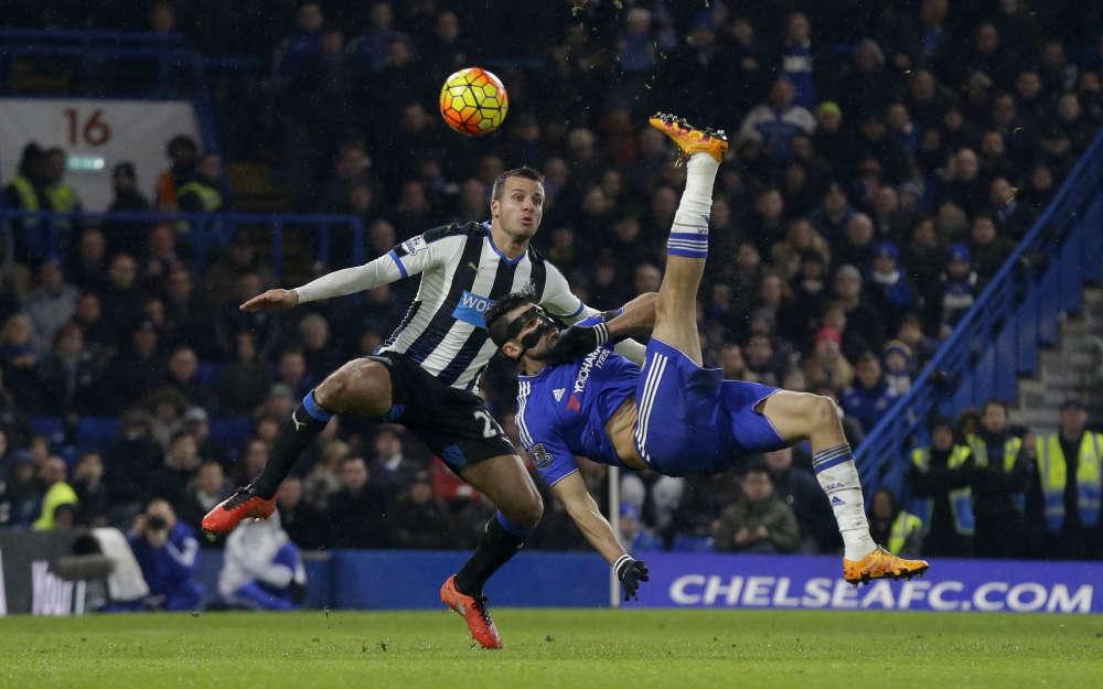 Pendant que le PSG trébuchait face à Lille (0-0), son prochain adversaire en Ligue des champions faisait des galipettes : Diego Costa (buteur, mais pas sur ce retourné) et Chelsea se sont promenés face à Newcastle, vaincu 5-1. Le champion d'Angleterre n'est que 12e de Premier League, mais n'a plus perdu depuis dix matchs.