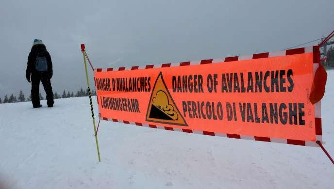 Une bannière indiquant un fort risque d'avalanche, aux Carroz d'Arâches (Haute-Savoie), le 13 février.