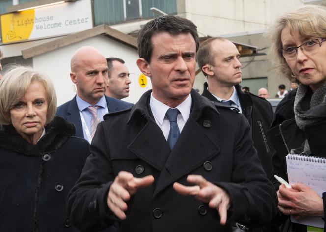 Manuel Valls lors de sa visite dans un camp de réfugiés dans la banlieue de Munich le 13 février 2016.