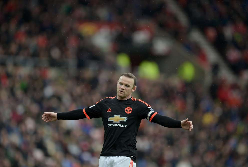 De leur côté, Wayne Rooney et Manchester United ont vécu un samedi pénible : défaite 2-1 sur la pelouse de Sunderland, avant-dernier du classement, le but d'Anthony Martial ayant été annulé par celui marqué contre son camp, en fin de match, par le gardien mancunien David De Gea. Cinquième, MU semble irrémédiablement distancé dans la course à la Ligue des champions, réservée aux quatre premiers.