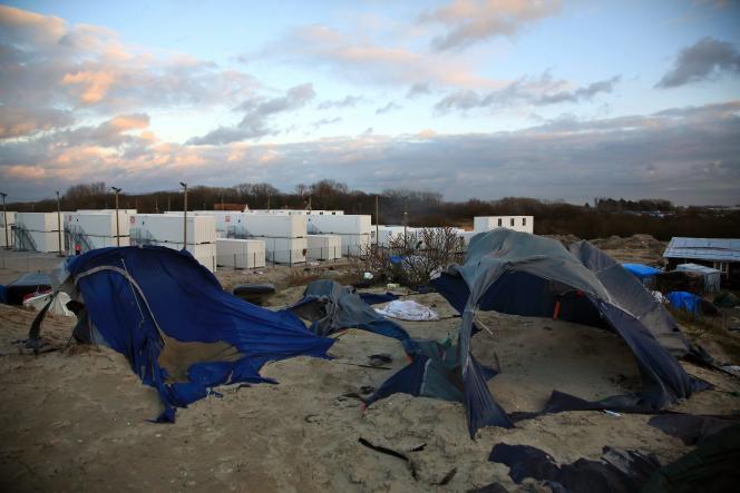 Des tentes abandonnées proches du nouveau camp de containers (à l'arrière-plan) à Calais le 3 février 2016.