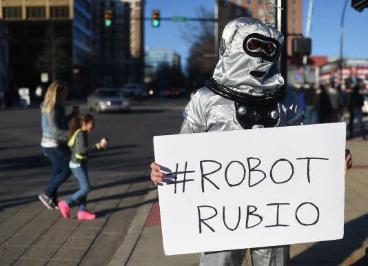 Un homme déguisé en robot en référence au candidat républicain Marco Rubio, moqué pour sa répétition d'éléments de langage lors des débats télévisés, à Greenville (Caroline du Sud), le 13 février.