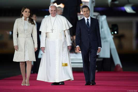 Le pape François a été accueilli par le président mexicain Enrique Pena Nieto à Mexico, le 12 février.