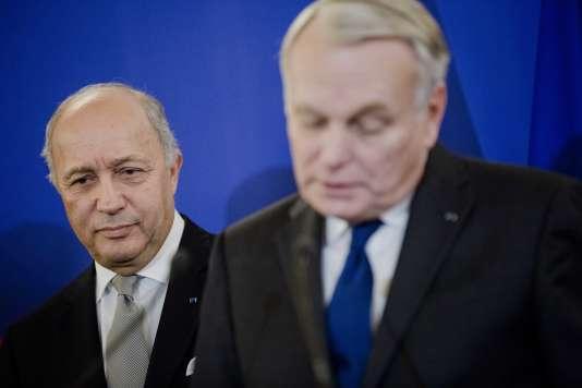 Passation de pouvoir au Quai d'Orsay entre Laurent Fabius et Jean Marc Ayrault à Paris le 12 février 2016.