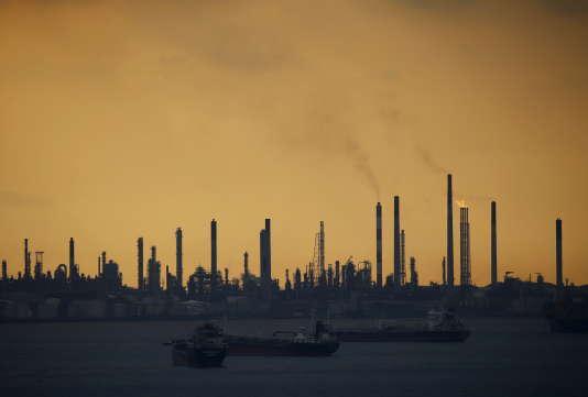 Une raffinerie Shell à Singapour, le 30 janvier 2016.