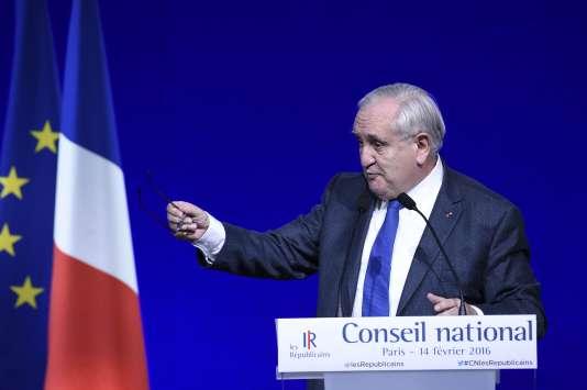 L'ancien premier ministre français Jean-Pierre Raffarin prononce un discours lors du conseil national des Républicains, dimanche 14 février, à Paris.