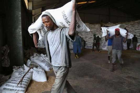Des employés déplacent des sacs d'aide humanitaire dans le dépôt de grains d'Adama, le plus grand d'Ethiopie, samedi 13 février.
