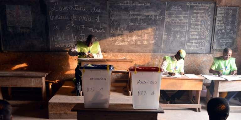 Des fonctionnaires électoraux attendent les citoyens dans un bureau de vote de Bangui, la capitale centrafricaine, le 14 février, à l'occasion du second tour du scrutin présidentiel.