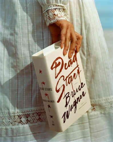 En faisant apparaître un livre-culte dans un paysage de désolation –