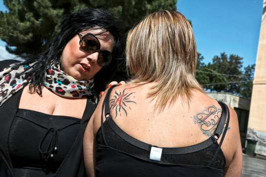 """Des femmes dockers dans le port de Palerme, dont l'une s'est fait tatouer un """"A"""" comme Andrea, le prénom de son fils."""