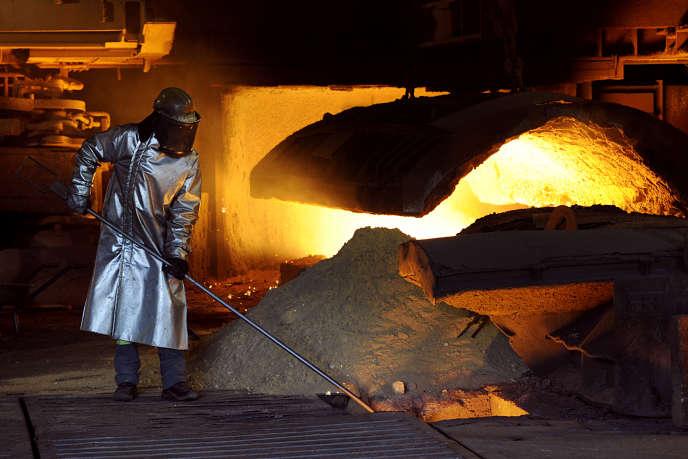 Un employé d'ArcelorMittal dans la halle de coulée des hauts-fourneaux de Fos-sur-Mer en juin 2013.