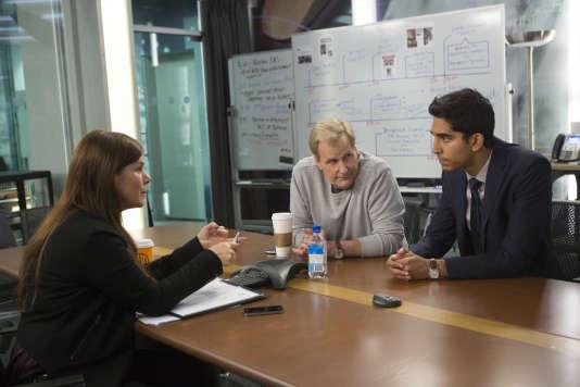 Marcia Gay Harden (Rebecca Halliday), Jeff Daniels (Will McAvoy), Dev Patel  (Neal Sampat) dans un épisode de «The Newsroom»
