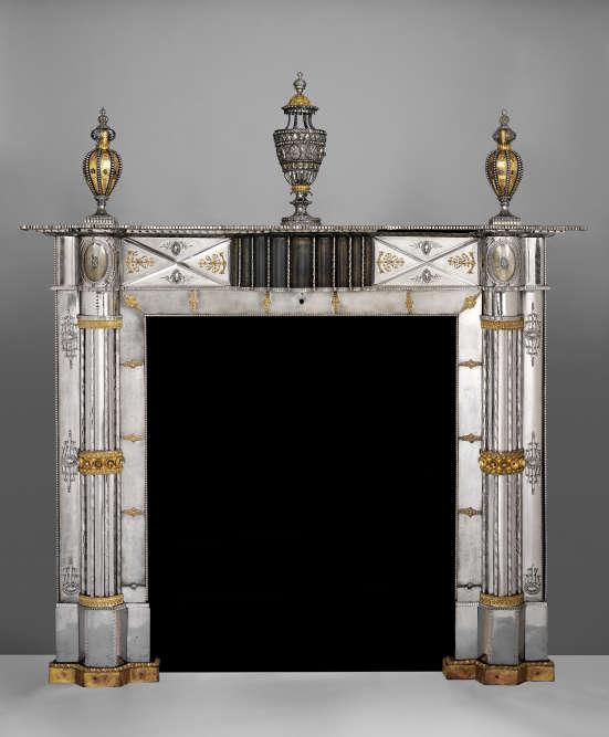 Ce manteau de cheminée en acier, avec applications d'éléments décoratifs en cuivre, illustre le goût de la Russie impériale pour les arts décoratifs en métal.