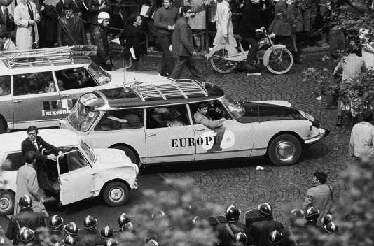 Les voitures d'Europe 1 et RTL arrivent boulevard Saint-Germain pour couvrir la manifestation du 6 mai 1968, suivant l'arrestation et la condamnation de plusieurs des manifestants du 3 mai.