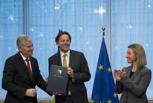 Le président du collège présidentiel de Bosnie, Dragan Covic (à gauche), le ministre des affaires étrangères néerlandais Bert Koenders (au centre) et la haute représentante pour la diplomatie à l'UE, Federica Mogherini, le 15 février.