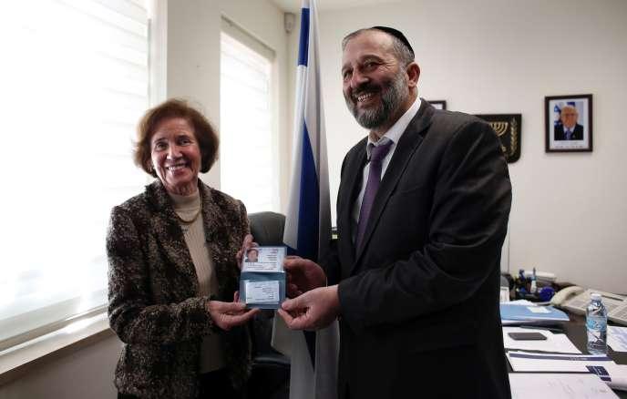 Beate Klarsfeld a reçu lundi 15 février son passeport israélien des mains du ministre de l'intérieur israélien, Arye Deri.