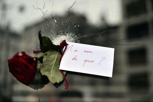Une rose nichée dans un impact de balles, dans la vitrine d'un restaurant japonais près de La Belle Equipe.