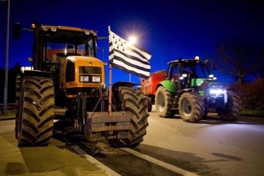 Des tracteurs participant au blocage de Vannes, lundi 15 février 2016.