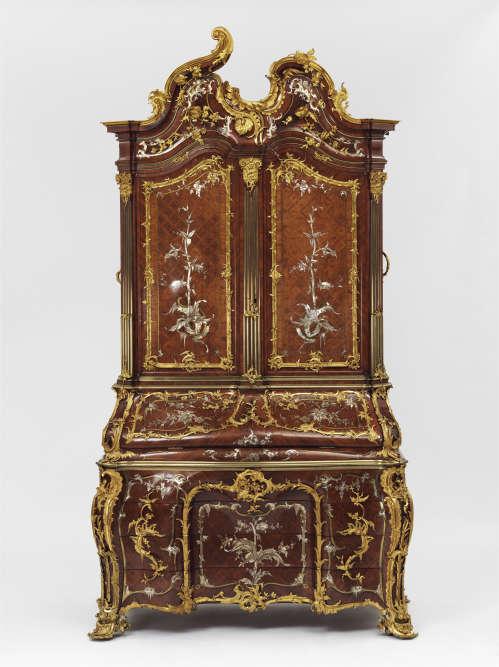 Trois choses sont nécessaires à l'écriture, note Diderot dans l'« Encyclopédie » : une bonne lumière, une table solide et une chaise confortable. Ce meuble rococo en pin veiné incrusté de motifs de perle, ivoire et cuivre, a appartenu à Frédérique-Auguste Ier, roi de Pologne en 1734.