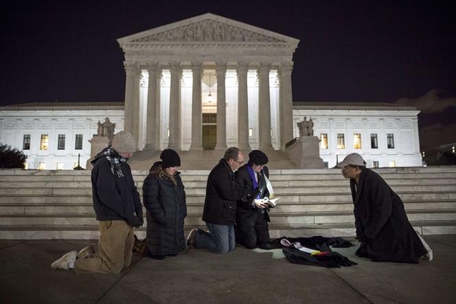 Prière en souvenir du juge Scalia devant la cour suprême américaine à Washington, le 13 février 2016.