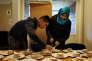 Un frère et sa soeur préparent les beignets suédois traditionnels de mardi gras dans le camping de Strandstugevikens, près de Nyköping, où 46 demandeurs d'asile ont trouvé refuge de façon temporaire.