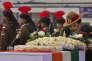 Le chef de l'armée indienne, Dalbir Singh Suhag, rend hommage aux soldats morts dans une avalanche qui s'est abattu sur leur poste de garde dans le glacier du Siachen, lors d'une cérémonie à New Delhi, la capitale, le 15 février 2016.