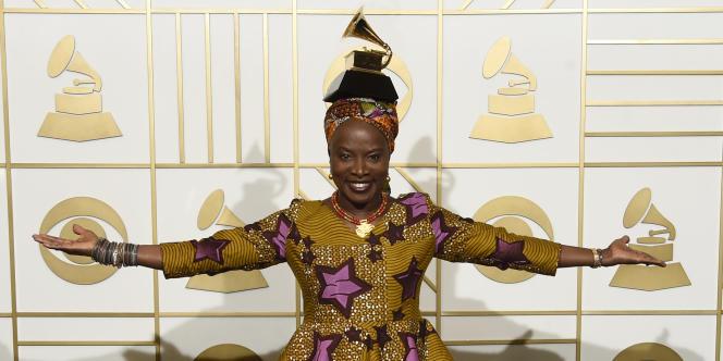 Angelique Kidjo pose avec l'award du meilleur album de world music aux 58e Grammy Awards en février 2016, à Los Angeles.