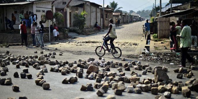 Des barricades de pierres posées par des manifestants à Nyakabiga, dans la banlieue de Bujumbura, juillet 2015.