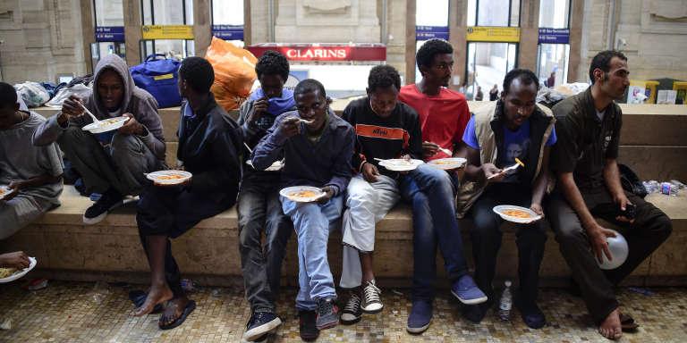 Des migrants érythréens en gare de Milan, le 11 juin 2015.