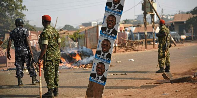 A Kampala, le 15 février 2016, après des affrontements entre forces de l'ordre et militants de l'opposant Kizza Besigye pendant la campagne électorale pour la présidentielle du 18 février.
