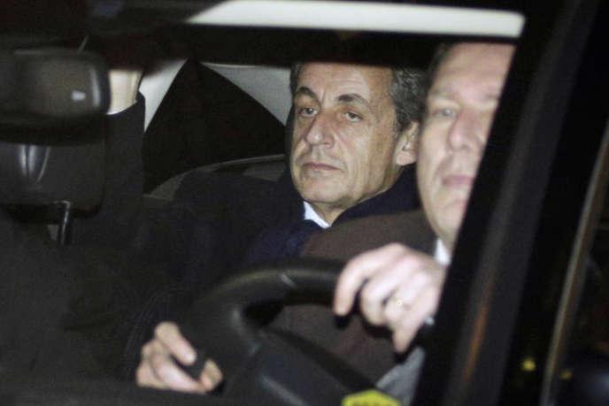 L'ancien président Nicolas Sarkozy quitte le pôle financier à Paris, le 16 février.
