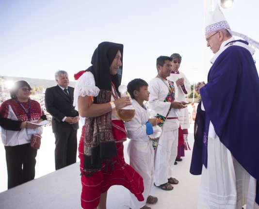 La messe du pape François avec des représentants des communautés indigènes du Chiapas, à San Cristobal de las Casas, lundi 15 février 2016.