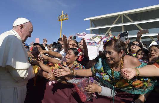 Le pape François rencontre des habitants du Chiapas à San Cristobal de las Casas, le lundi 15 février 2016.