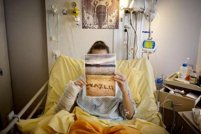 Aurélie, 27 ans, victime des attaques du 13 novembre 2015 au bar Le Carillon, dans sa chambre d'hôpital.