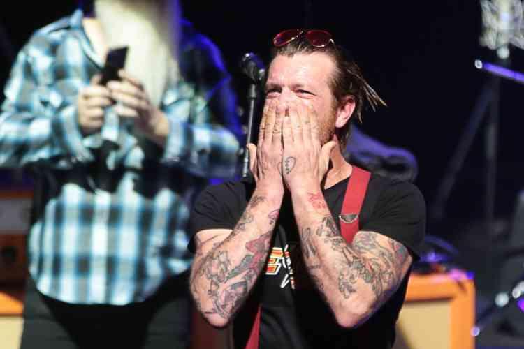 La représentation a été chargée en émotion pour le public et les membres du groupe californien, comme en atteste ce cliché du chanteur Jesse Hughes.