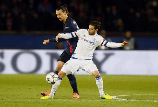L'attaquant du PSG Zlatan Ibrahimovic à la lutte avec le milieu de Chelsea Fabregas, mardi 16 février, au Parc des Princes.