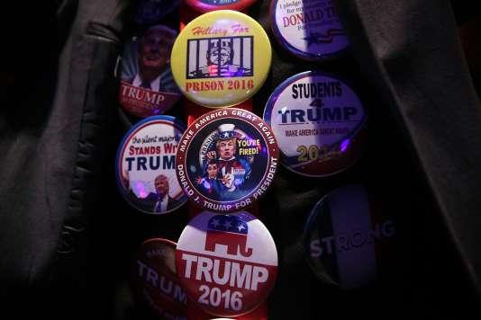 Un partisan de Donald Trump arborant différents badges de campagne de son candidat pendant un meeting à Greenville (Caroline du Sud), le 15 février.