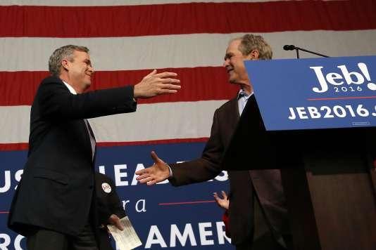 Jeb Bush (à gauche) et son frère, l'ancien président George W. Bush, à North Charleston (Caroline du Sud), le 15 février.