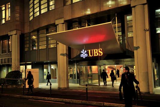 Les chargés d'affaires d'UBS reportaient toutes les informations relatives à leurs clients sur de bonnes vieilles fiches bristol cartonnées.   Entry to UBS's offices in Acasias district of the city.